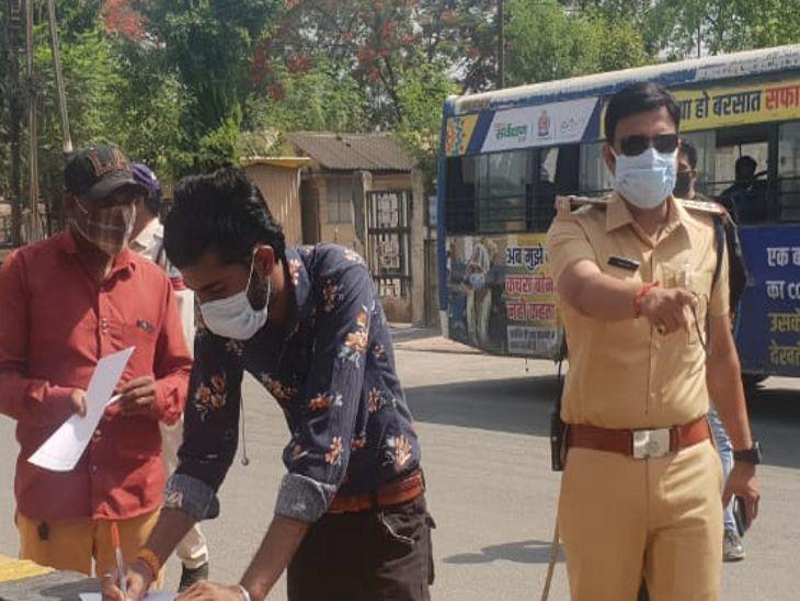 इंदौर में शनिवार-रविवार को सिर्फ दूध और दवा मिलेगी, इंडस्ट्रीज आने-जाने वालों के लिए भी वक्त तय; राजगढ़ में सब्जी की नीलामी और ऑटो-टैक्सी पर रोक इंदौर,Indore - Dainik Bhaskar