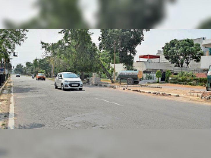 लोगों ने कहा ट्रैफिक लाइट प्वाइंट के साथ ही रोड कट बनाने से हादसे हो सकते हैं। - Dainik Bhaskar
