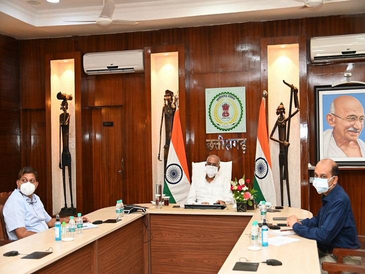 फोटो रायपुर के सीएम हाउस में चल रही बैठक के दौरान ली गई। अधिकारियों को अलर्ट मोड पर काम करने कहा गया है। - Dainik Bhaskar