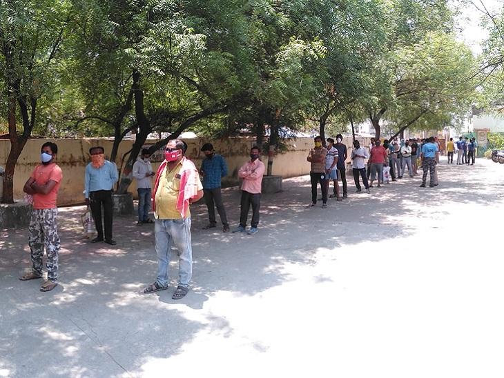 यह तस्वीर बिलासपुर में BPL परिवारों के लिए सरकंडा के नूतन चौक स्थित कन्या हाई स्कूल में बनाए गए केंद्र की है। यहां लाइन लगी है, पर दोपहर 12 बजे ही डोज खत्म हो गए।