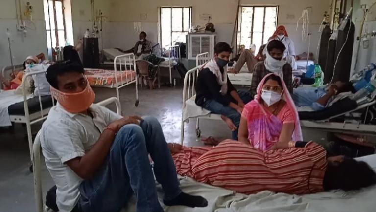 कोरोना वार्ड के हाल बदहाल, जगह जगह पड़े हैं यूज किये ग्लव्स और मास्क, गंदगी के ढेर लगे; कोरोना मरीजों के साथ ठहरे उनके परिजन|सवाई माधोपुर,Sawai Madhopur - Dainik Bhaskar