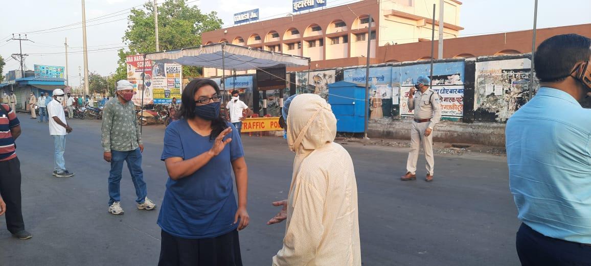 तहसीलदार ने बेवजह घूमने पर रोका तो महिला बोली- कार में हवा भराने आई थी... SDM से भी बदतमीजी; एक घंटे थाने पर बैठाकर छोड़ा|होशंगाबाद,Hoshangabad - Dainik Bhaskar