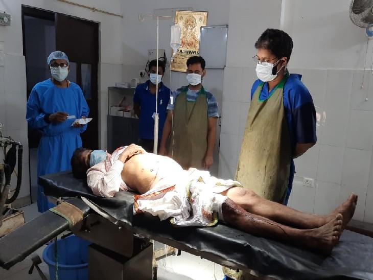 घायल का इलाज करते डॉक्टर। - Dainik Bhaskar