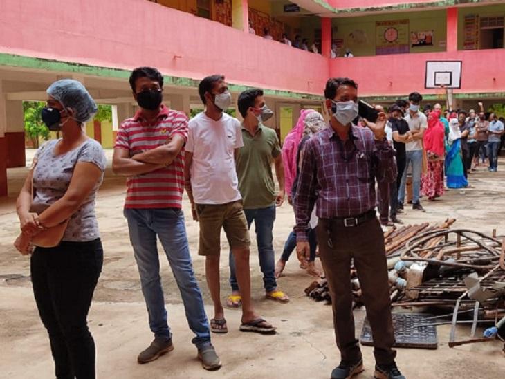 जगदलपुर में केंद्रीय विद्यालय में बनाए गए सेंटर में आने वाले लोगों के लिए कोई मार्किंग भी नहीं की गई। जिसके चलते लाइन तो लगी है, पर दूरियां नहीं हैं।
