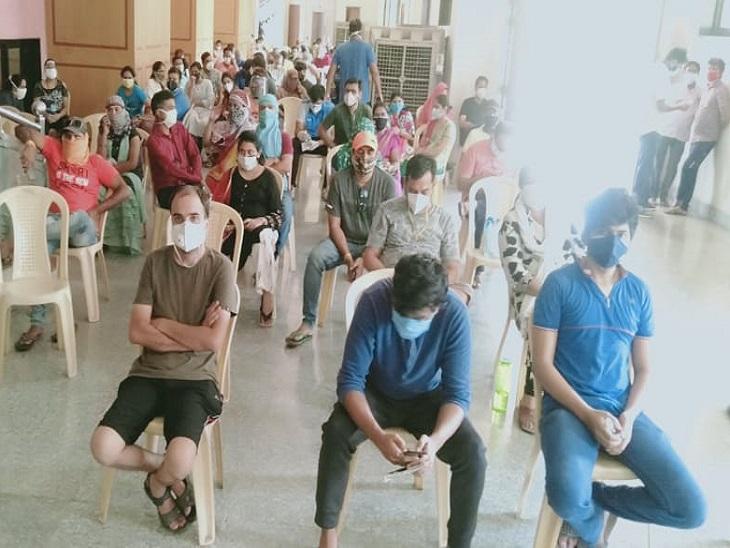 फोटो रायपुर के एक साइंस कॉलेज के पास बने वैक्सीनेश सेंटर की है। यहां ये लोग अपनी बारी आने का इंतजार कर रहे हैं। - Dainik Bhaskar