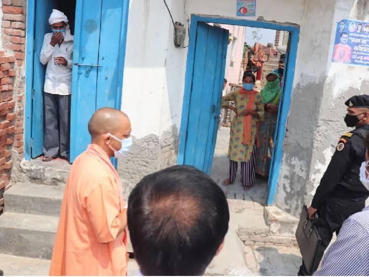 सीएम योगी ने पूछा घर में कितने शौचालय हैं, कोरोना संक्रमित बोला-साहब गरीब आदमी हूं दूसरा शौचालय नहीं बनवा सकता|उत्तरप्रदेश,Uttar Pradesh - Dainik Bhaskar