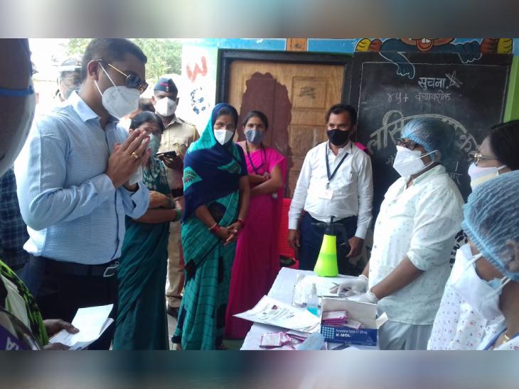 जिले के हेल्थ वर्कर्स का अभिवादन करते हुए राजेंद्र भारुड। IAS होने के साथ-साथ वे खुद भी एक डॉक्टर हैं।