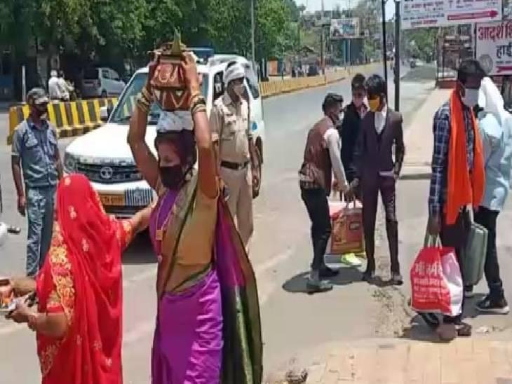 10 की अनुमति पर जा रहे थे 30 बाराती, पुलिस ने सिर्फ दूल्हे समेत 10 को ही जाने दिया; माढ़ोताल और कटंगी पुलिस ने शादी में भीड़ जुटाने पर दर्ज की FIR|जबलपुर,Jabalpur - Dainik Bhaskar