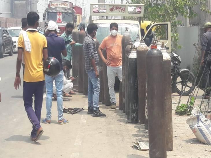 गोरखपुर में खत्म हुई लिक्विड आक्सीजन; 6 घंटे ठप रहा उत्पादन, शहर में मची अफरा तफरी, फैक्ट्री के बाहर लंगी लंबी कतार|उत्तरप्रदेश,Uttar Pradesh - Dainik Bhaskar