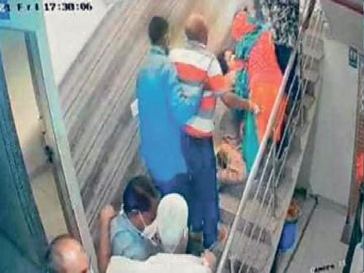 दीर्घायु हॉस्पिटल में शुक्रवार शाम को शॉर्ट सर्किट से एक्स-रे रूम में आग लग गई। - Dainik Bhaskar
