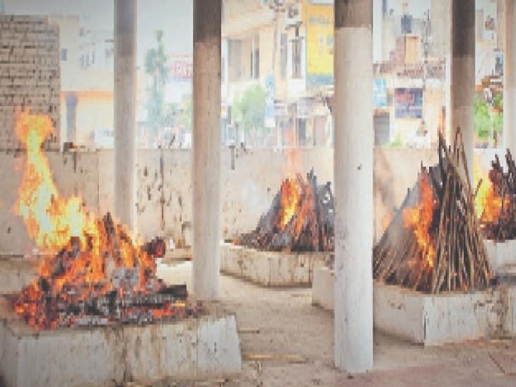 सिटी के श्मशानघाट में जल रही चिताएं। - Dainik Bhaskar