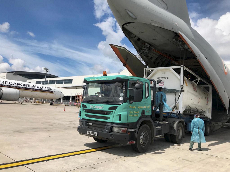 फोटो सिंगापुर एयरपोर्ट की है। यहां से वायुसेना का विमान ऑक्सीजन कंटेनर लेकर भारत के लिए उड़ान भर रहा है।