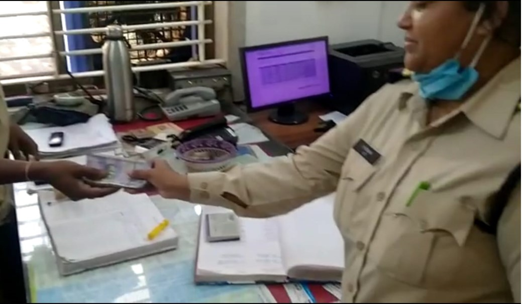 सड़क पर नोटों की गड्डी मिली; काफी देर तक किया इंतजार, पूछने पर किसका है पता नहीं चला तो थाने में जमा कराए|भोपाल,Bhopal - Dainik Bhaskar