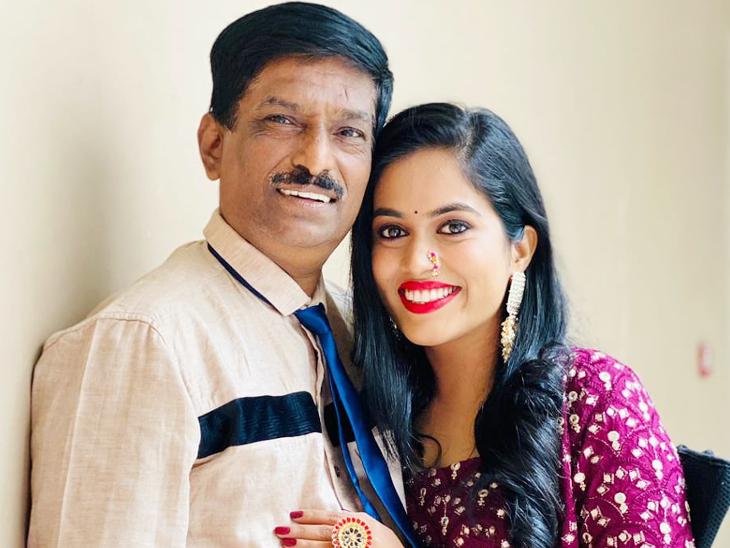 किशोर कांबले ने ड्राइविंग करके ही अपनी बेटी सायली का पालन-पोषण किया। वे मुंबई के एक चॉल में रहते हैं। उन्हें गर्व हैं कि उनकी बेटी अब 'इंडियन आइडल' के जरिए उनका नाम रोशन कर रही है। - Dainik Bhaskar