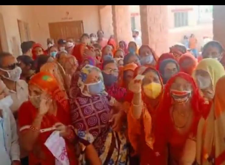 वैक्सीनेशन सेंटर पर टीका लगाने वालों की भीड़ उमड़ी, लगी महिला-पुरुषों की लम्बी लाइनें|नागौर,Nagaur - Dainik Bhaskar