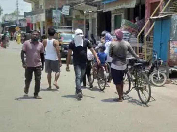 गाजीपुर के जंगीपुर में अभी भी कई लोग बगैर मास्क के ही बाहर निकल रहे हैं।