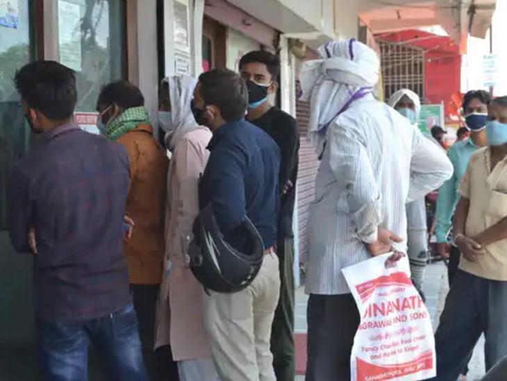 मऊ में लॉकडाउन के बावजूद बड़ी संख्या में लोग बाजारों में निकल रहे हैं, ATM और बैंकों में कतारें लग रहीं हैं।
