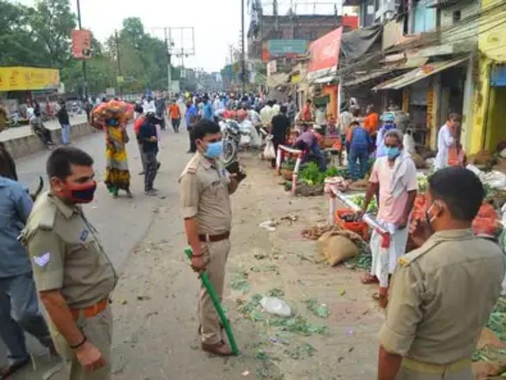 फोटो वाराणसी के आशापुर की है। यहां अभी भी लोग लापरवाही बरत रहे हैं। बाजारों में भीड़ जुट रही। पुलिस हर दिन दुकानदारों को चेतावनी दे रही है।
