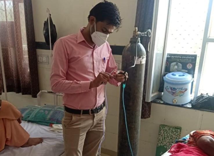 मरीज ज्यादा थे, मेलनर्स कमलेश ने स्टेथेस्कोप के पाइप से एक सिलेंडर से की 2 मरीजों को सप्लाई; बोले- लोगों का जीवन बचाना मेरा फर्ज|नागौर,Nagaur - Dainik Bhaskar