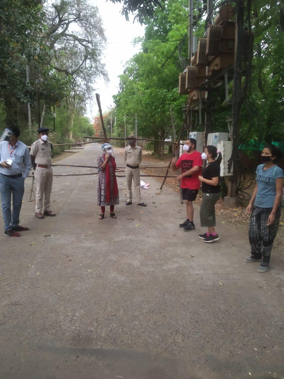 कलेक्टोरेट का संक्रमित बाबू शक्तिभवन के पास घूमता मिला, पुलिस ने चालान काटा, तब बोला- वह पॉजिटिव है जबलपुर,Jabalpur - Dainik Bhaskar