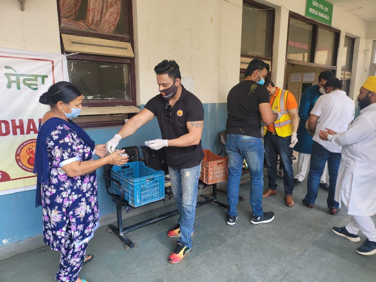 जालंधर सिविल अस्पताल में भर्ती मरीजों और रिश्तेदारों को खिला रहे खाना, कारोबारी दोस्तों ने की पहल जालंधर,Jalandhar - Dainik Bhaskar