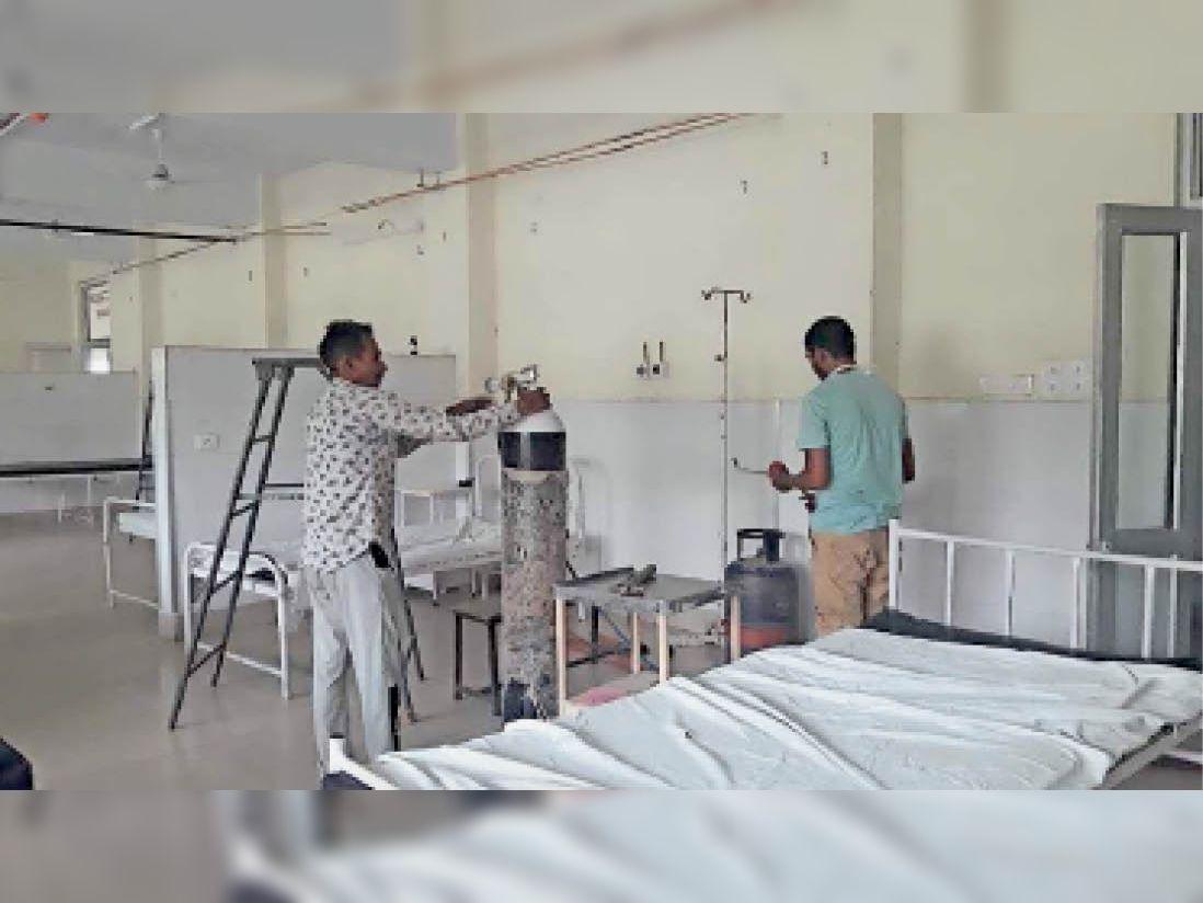 सिविल अस्पताल में 40 बेड का नया वार्ड तैयार करने में जुटे कर्मचारी। - Dainik Bhaskar