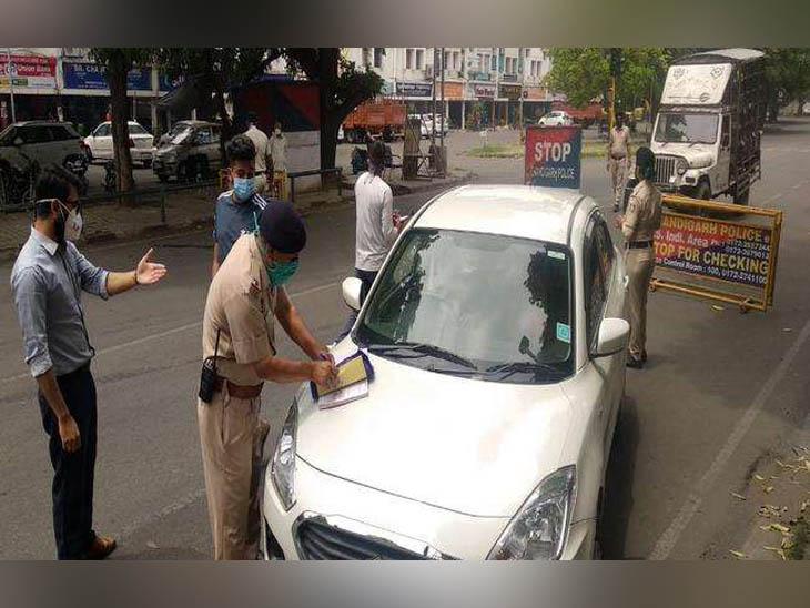 चंडीगढ़ में एक मेन जगह पर कोरोना सेफ्टी प्रोटोकॉल तोड़ने वाले वाहन चालक का चालान करती पुलिस टीम। - Dainik Bhaskar