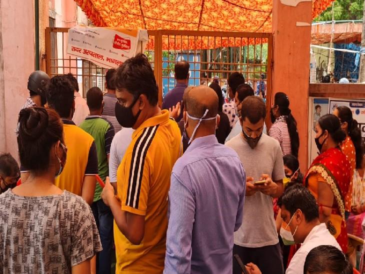 भागलपुर सदर अस्पताल में टीकाकरण के लिए पहुंचे लोग।