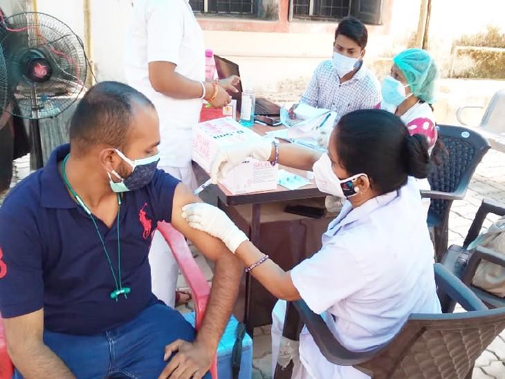 न्यू गार्डिनर रोड हॉस्पिटल में वैक्सीन लेता युवक।