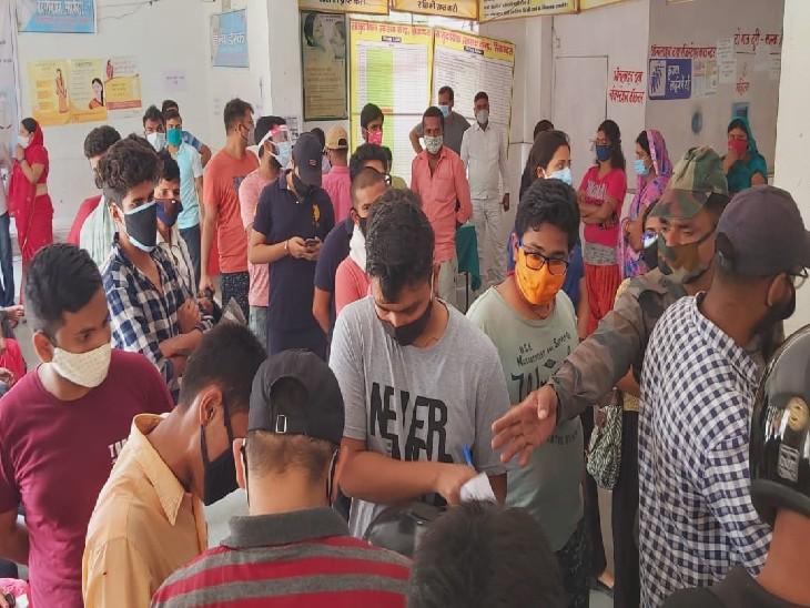 जमुई के सिकंदरा PHC में 18+ वालों की लगी भीड़।
