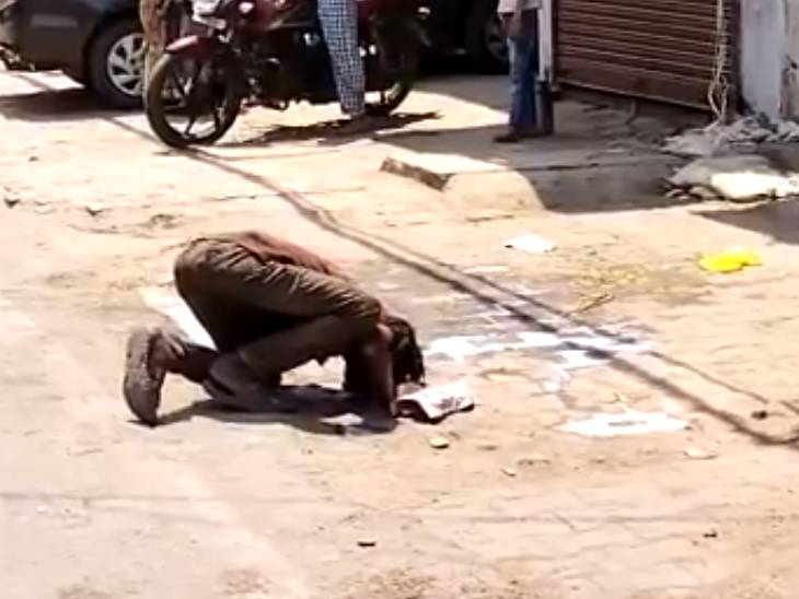 कानपुर में भूख मिटाने के लिए युवक सड़क पर फैला दूध पी गया, लोगों ने खाने का सामान दिया|उत्तरप्रदेश,Uttar Pradesh - Dainik Bhaskar
