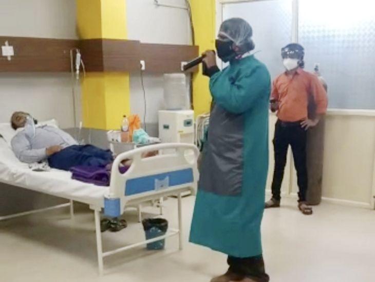 PPE किट में डॉक्टर ने गाया- आने से उसके आए बहार...बड़ी मस्तानी है मेरी महबूबा...; छलके आंसू तो मरीजों को गले लगा लिया इंदौर,Indore - Dainik Bhaskar