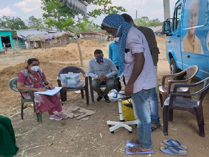 आदिवासी क्षेत्र के लोगों का इलाज किया जा रहा है और उन्हें कोरोना संक्रमण व अन्य बीमारियों के बारे में जागरुक किया जा रहा है।