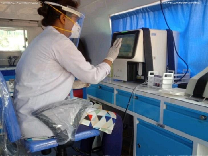 बालोद की मोबाइल मेडिकल यूनिट इस संक्रमण काल में घर तक पहुंचकर मरीजों का इलाज कर रही है। जिसका सबसे ज्यादा फायदा ग्रामीण क्षेत्र के मरीजों को मिल रहा है। - Dainik Bhaskar