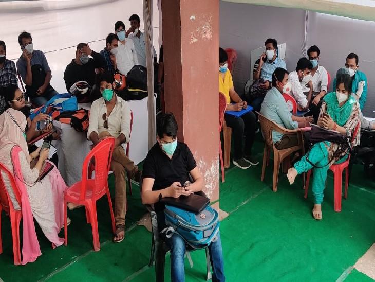 गर्दनीबागस्थितजिला स्वास्थ्य समिति के परिसर में वॉक इन इंटरव्यू के लिए पहुंचे अभ्यर्थी। - Dainik Bhaskar