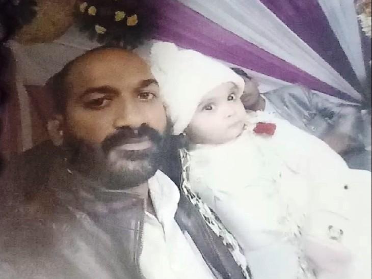 अनवर अपनी मृत डेढ़ साल की बच्ची मरियम के साथ। - Dainik Bhaskar