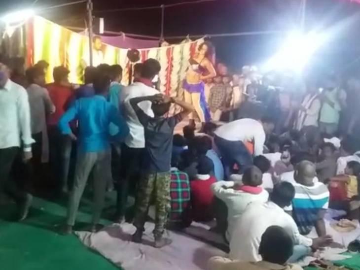 BJP वर्कर के घर आई बारात में पूरी रात बार बालाओं ने किया अश्लील डांस, नाइट कर्फ्यू की उड़ी धज्जियां|उत्तरप्रदेश,Uttar Pradesh - Dainik Bhaskar