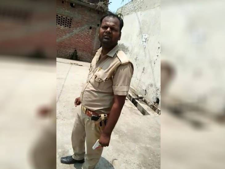 आम आदमी ने सिपाही से पूछा- साहब आपका मास्क कहां है, बौखलाए सिपाही ने सरेआम जड़ा थप्पड़ ; SSP ने लगाया 1000 रुपए जुर्माना|उत्तरप्रदेश,Uttar Pradesh - Dainik Bhaskar