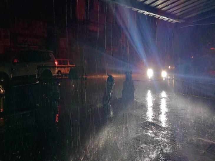 रायपुर में रविवार शाम तेज हवा के साथ जोरदार बारिश हुई। इसके बाद शहर का तापमान गिर गया। - Dainik Bhaskar