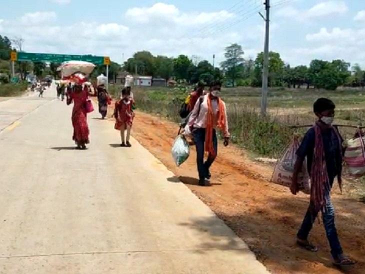 यह तस्वीर सुकमा की है। जब ग्रामीण जंगल के रास्तों से होते हुए सड़क पर पहुंचे तब प्रशासन को इसकी जानकारी लगी।
