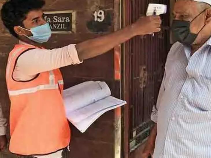 डोर टू डोर सर्वेक्षण में एएनएम, आंगनबाड़ी कार्यकर्ता, आशा कार्यकर्ता और स्वच्छता कर्मचारी शामिल हैं। ये सभी घर-घर जाकर दौरा करते हैं। (फाइल फोटो) - Dainik Bhaskar