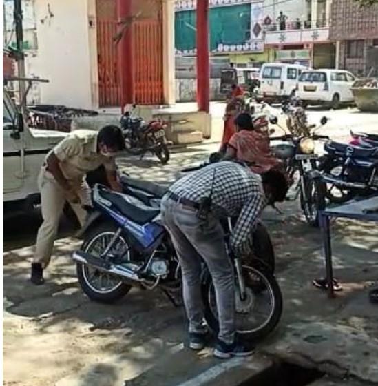 लोगों के मंदिर घुसते ही पुलिसकर्मी जूते-चप्पल बोरी में भरकर ले गए; गाड़ियों की हवा निकाली, ताकि लोग दोबारा कर्फ्यू का उल्लघंन न करें भोपाल,Bhopal - Dainik Bhaskar