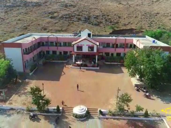 महाराष्ट्र के बीड में 4 दोस्तों ने बिना सरकारी मदद लिए बनाया 50 बेड का कोविड सेंटर, नो प्रॉफिट-नो लॉस के कॉन्सेप्ट पर चलता है ये हॉस्पिटल|DB ओरिजिनल,DB Original - Dainik Bhaskar