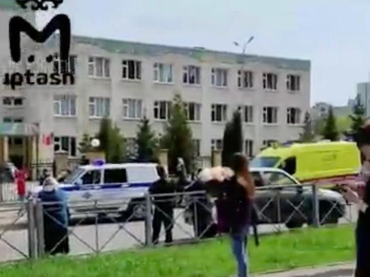 स्कूल की चौथी मंजिल पर एक हमलावर ने कुछ लोगों को बंधक बनाया हुआ है।