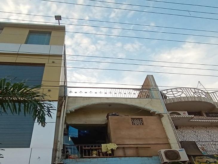 इसी छत पर बच्चा तार की चपेट में आ गया था। तस्वीर रायपुर की।
