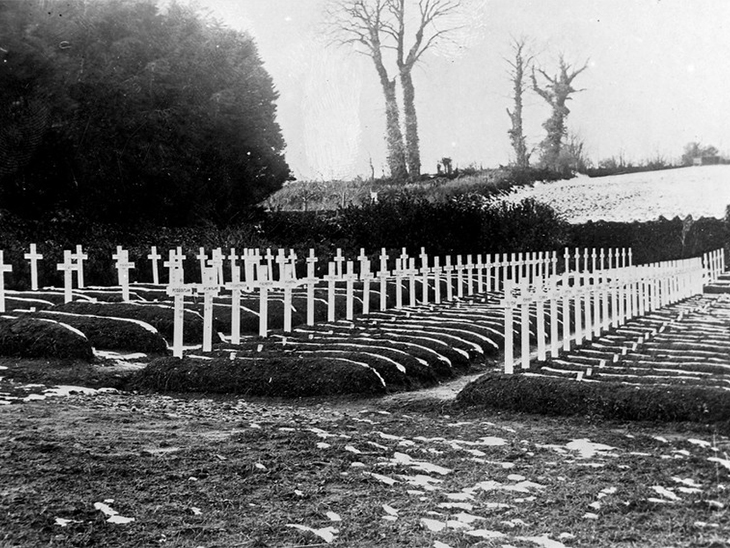 फोटो 1918 की है। स्पैनिश फ्लू के दौरान लाशों को दफन करने के लिए जगह कम पड़ गई थीं।