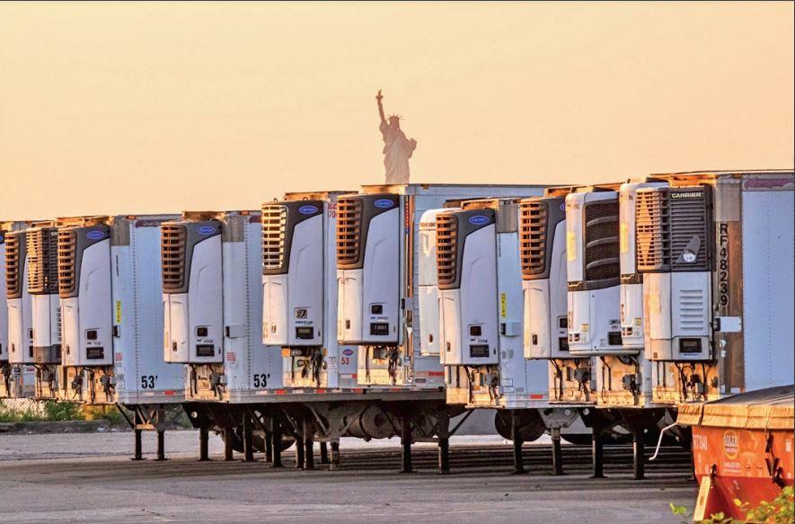 न्यूयॉर्क में इस तरह रेफ्रिजरेटर ट्रक में शव रखे हुए हैं। स्थानीय प्रशासन ने इनके और बढ़ने की आशंका जताई है। - Dainik Bhaskar
