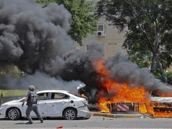 तेल अवीव के करीब हुए रॉकेट हमले के बाद यहां कुछ गाड़ियों में भी आग लग गई।