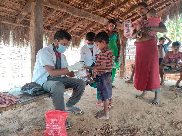 जाटलूर में पदस्थ कविता ANM हैं और पिछले 8 सालों से यहा के ग्रामीण इलाकों में अपनी सेवाएं दे रही हैं। इस काम में उनका साथ पुरुष स्वास्थ्य कर्मी भीमराव सोढ़ी भी देते हैं।