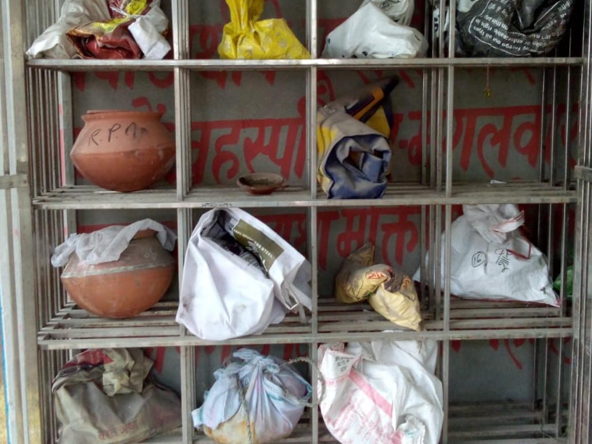 अलीगढ़ के शवदाह गृह में रखी गईं अस्थियां।
